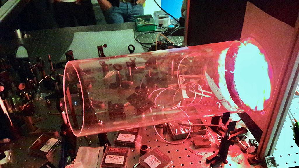 Der kleine weiße Punkt links ist ein vom Femtosekundenlaser erzeugtes 100.000 Grad heißes Plasma.