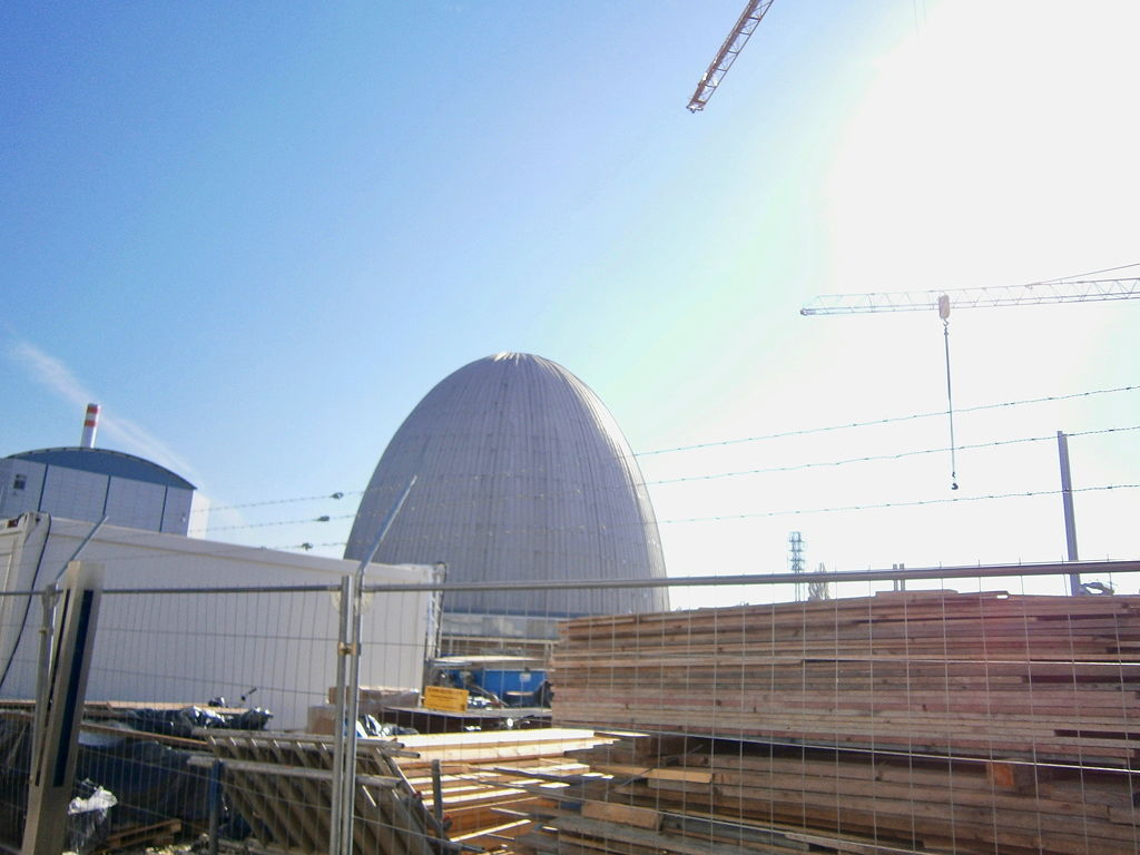 Das Wahrzeichen Garchings: die unter Denkmalschutz gestellte Neutronenquelle. In der neuen und besseren Neutronenquelle links daneben wird sogar mit einer Erfolgswahrscheinlichkeit von 80% Krebs behandelt!