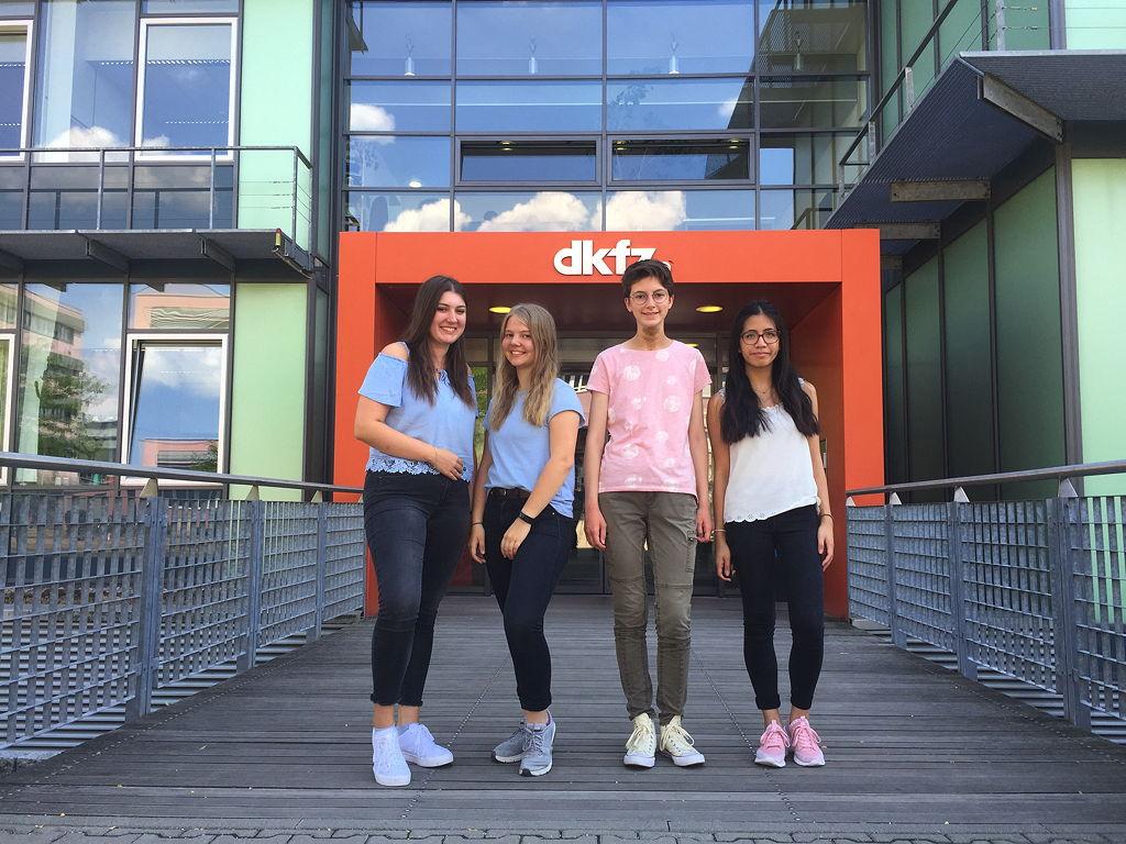 Wir (Laureen, Luca, Hannah und Tram (v. li.) vor dem DKFZ-Gebäude