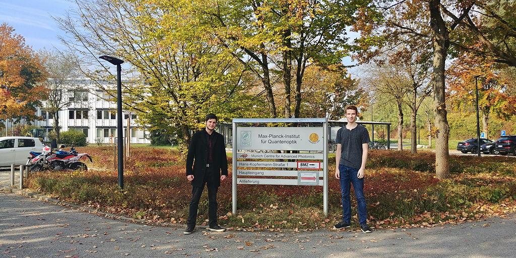 Ole und Leo vor dem MPI für Quantenoptik