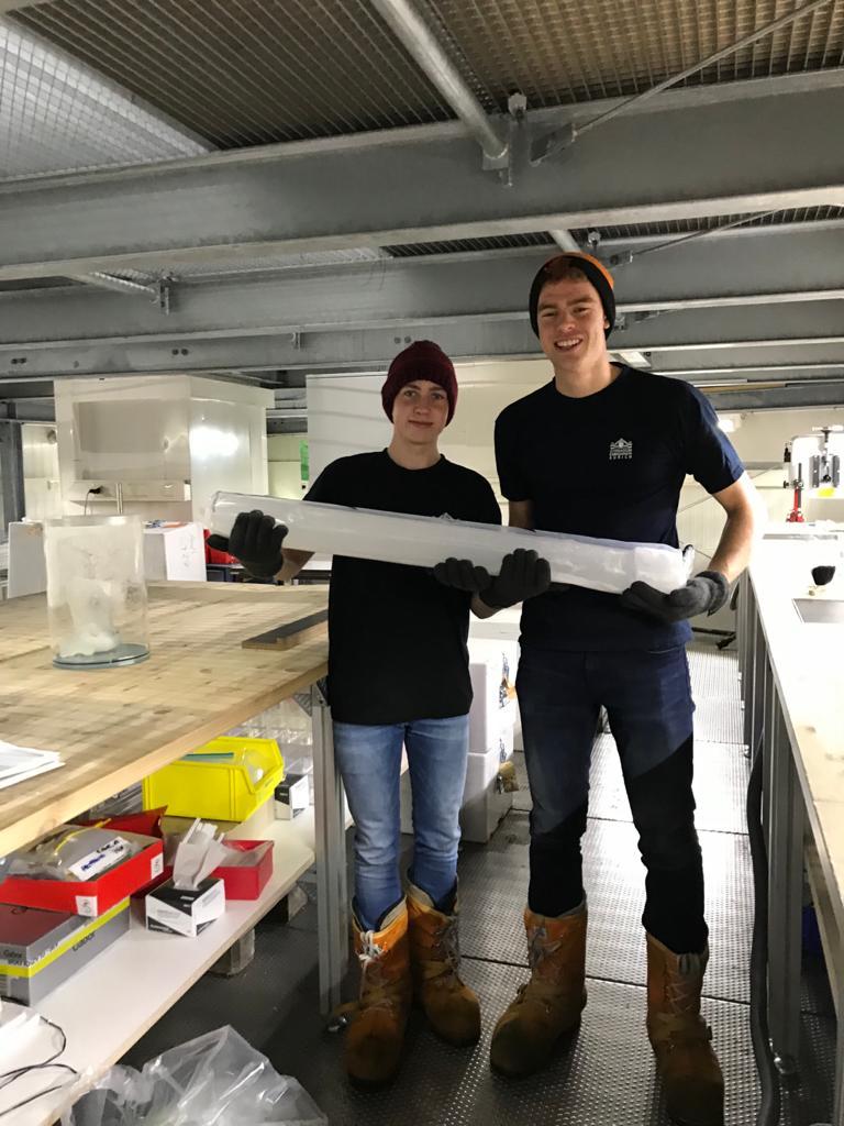 Aiko und Tim mit einem Bohrkern im Eislabor