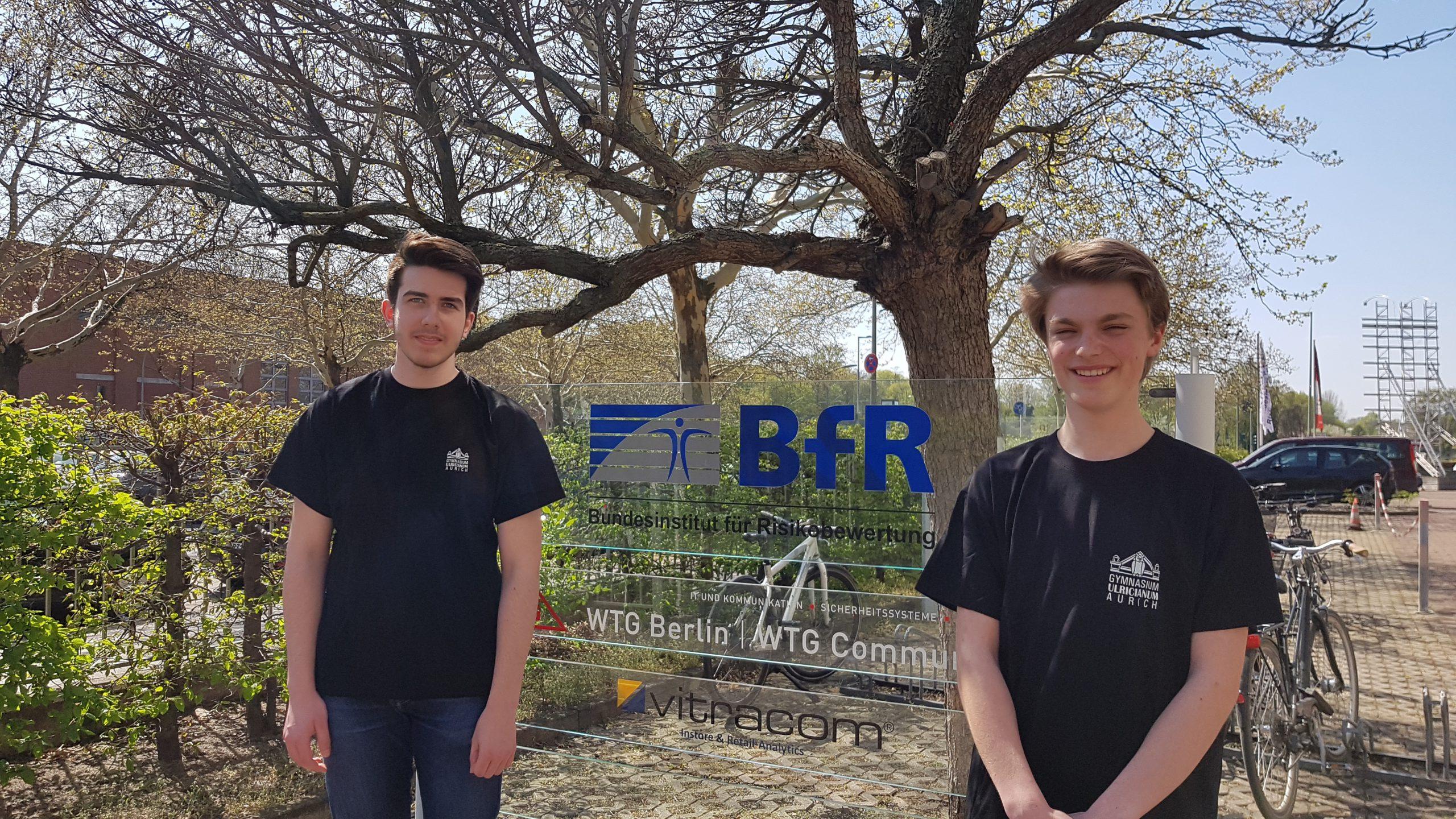 Paul Kuhn und Joost Jensen vor dem Logo des BfR