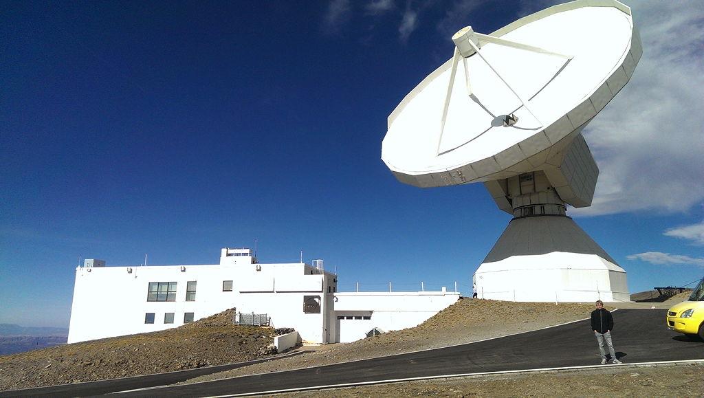Vor dem Teleskop (zum Größenvergleich)